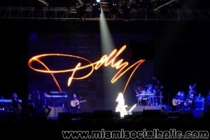 Dolly_Parton_in_concert_at_Holly_Hard_Rock